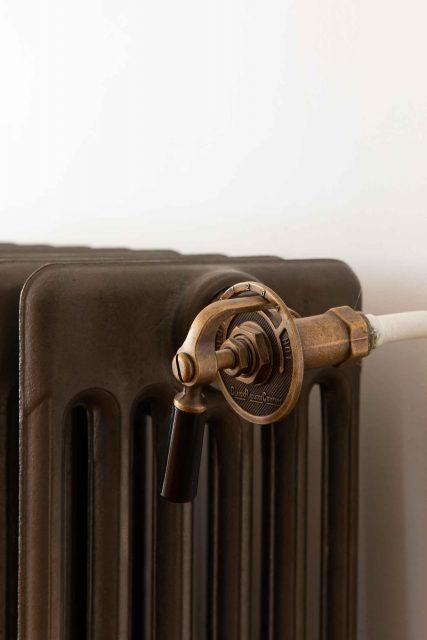Détail sur les radiateurs anciens en fonte naturelle et robinet ancien mis en place sur le projet de la rue des Martyrs Paris 9ème.