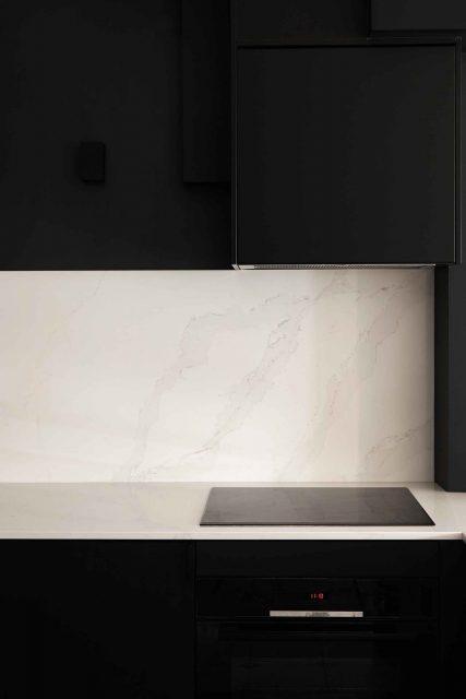 Détail de la cuisine graphique et épurée noire mat et en Silestone Calacatta Gold blanc du projet de la rue des Martyrs Paris 9ème.