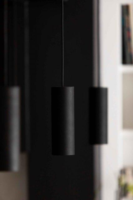 Détail du trio de suspensions minimalistes noires de l'îlot de la cuisine du projet de la rue des Martyrs Paris 9ème.