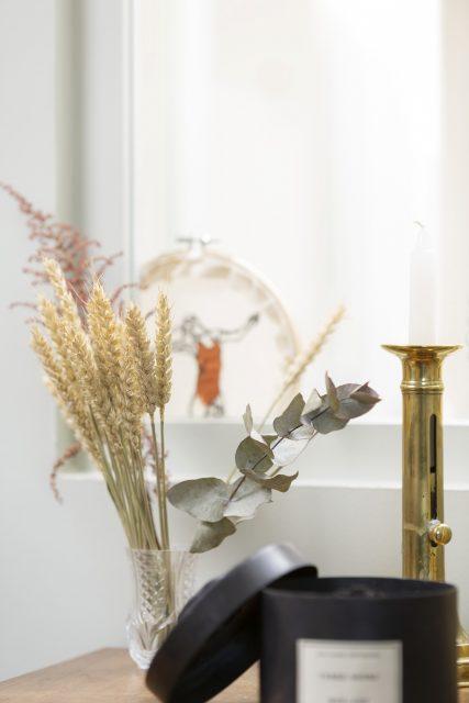 Détail sur la décoration du projet Ribera Paris 16 avec ses vases de fleurs séchées et ses illustrations délicates.